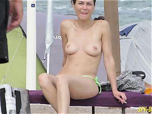topless amateur cougars - hidden cam Beach Close-Up