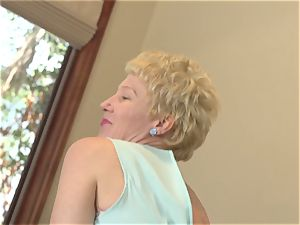 Mature cunny frigging solo with Dalgny Marga